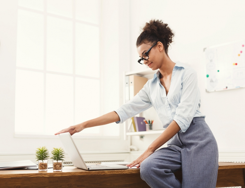 business-woman-opening-laptop-at-office-PU4ZAGW-821x631